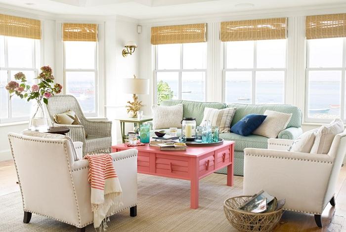 Гостиная с прекрасным коралловым столом.