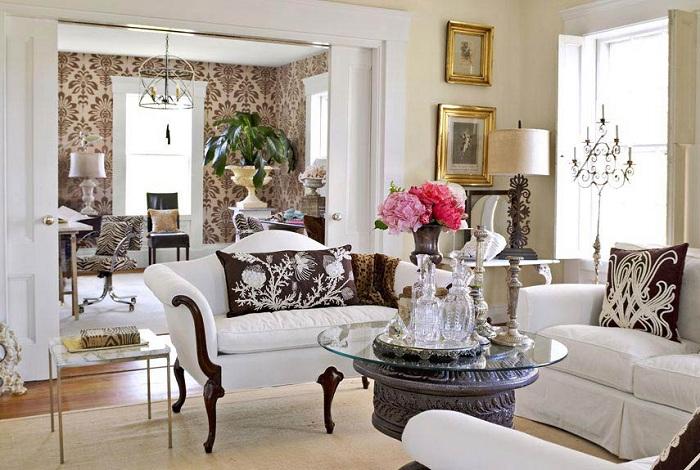 Богатое оформление гостиной с аристократическими нотками в дизайне интересной мебели.