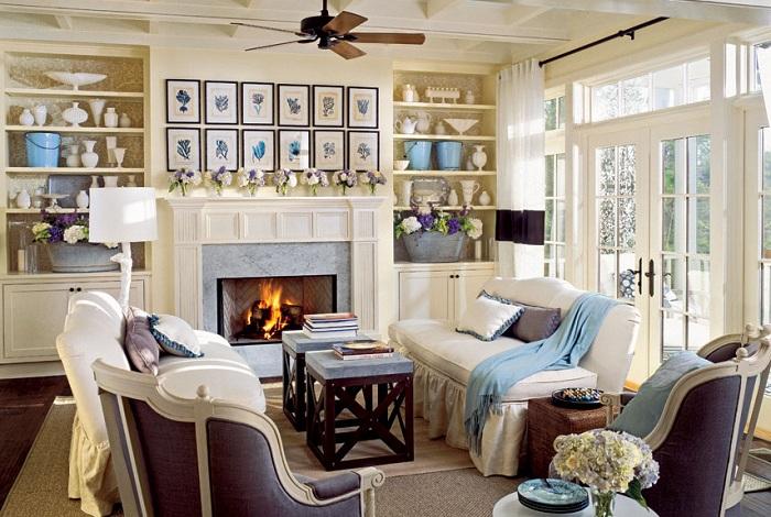 Гостиная в голубых, кремовых и серых цветах наполнена морской атмосферой.