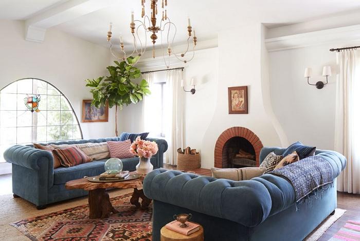 Невероятная гостиная с синим бархатным диваном.