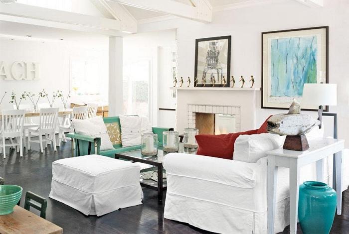Белоснежная мебель в гостиной на фоне дубовых полов.
