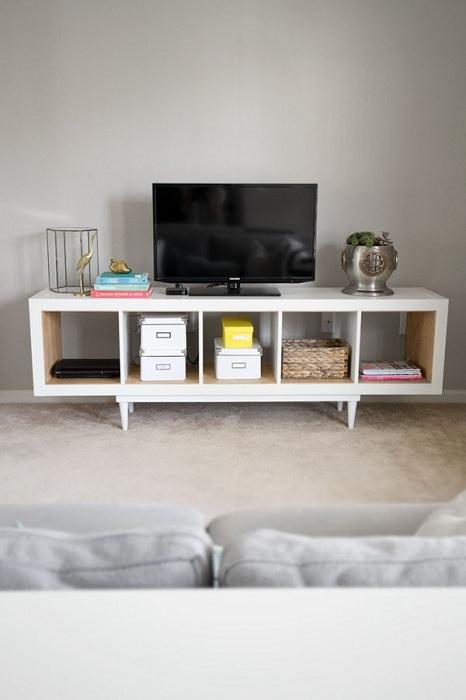 Хороший вариант создания интересной подставки под телевизор, что преобразит интерьер комнаты.