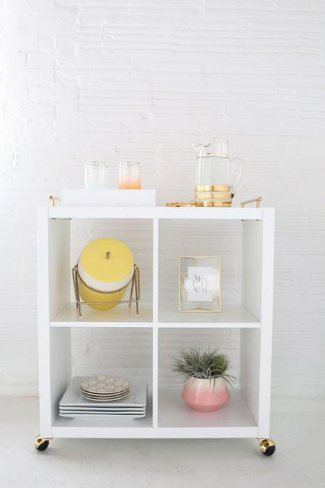 Красивая белоснежная тумба, которая станет просто хорошим вариантом для украшения любой из комнат.