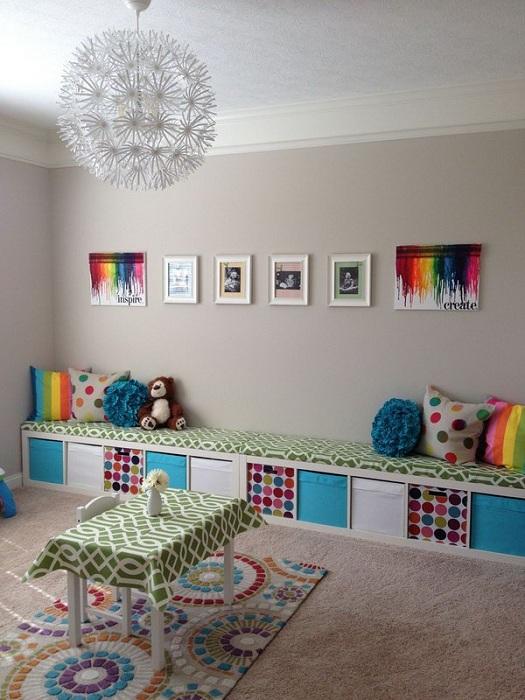 Отличный вариант скомпоновать места для сидения и тумбы, что точно понравится и благоустроит интерьер.