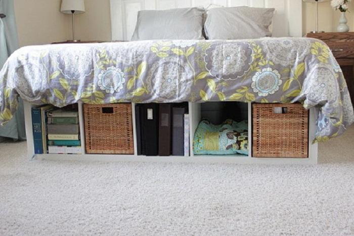 Просто хороший вариант разместить место для хранение вещей под кроватью, что позволит сэкономить пространство комнаты.