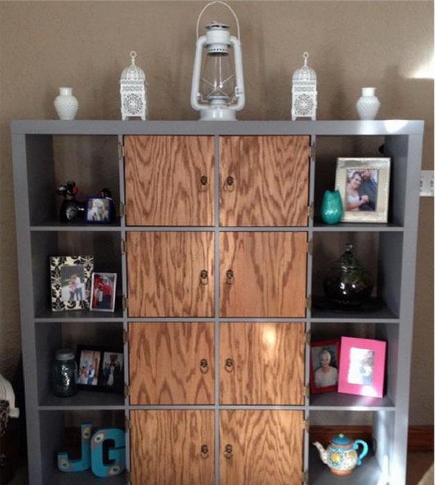 Простое решение для декорирования шкафа с множеством ячеек, что станет просто одним из самых лучших вариантом для украшения комнаты.