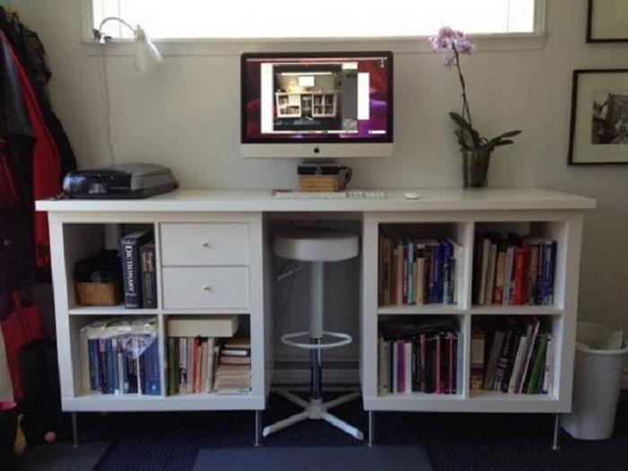 Хороший вариант создать множество полок для нужных вещей на рабочем месте перед компьютером.