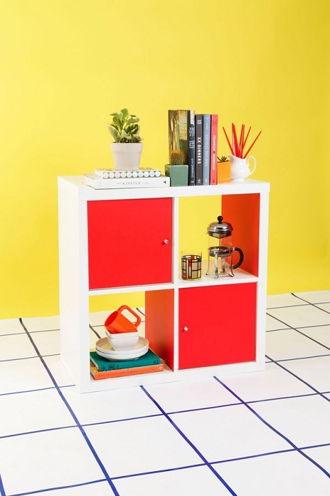 Небольшого размера шкаф в котором разместилось множество нужных вещей, что просто необходимы в быту.