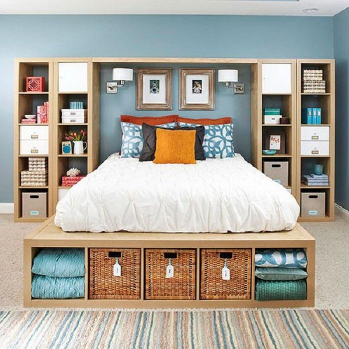 Оптимальный декор комнаты для отдыха при помощи интересных шкафов и просто удачных полок для хранения нужных вещей.