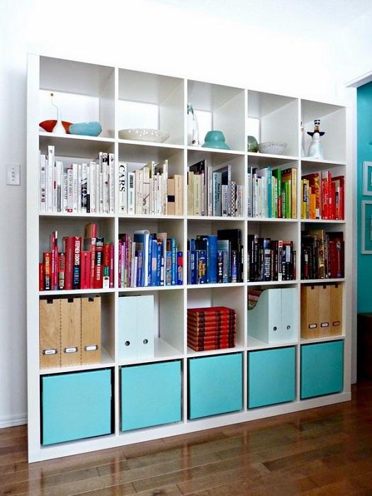 Простое решение для декорирования книжного шкафа, то что точно понравится и создаст интересную обстановку в комнате.