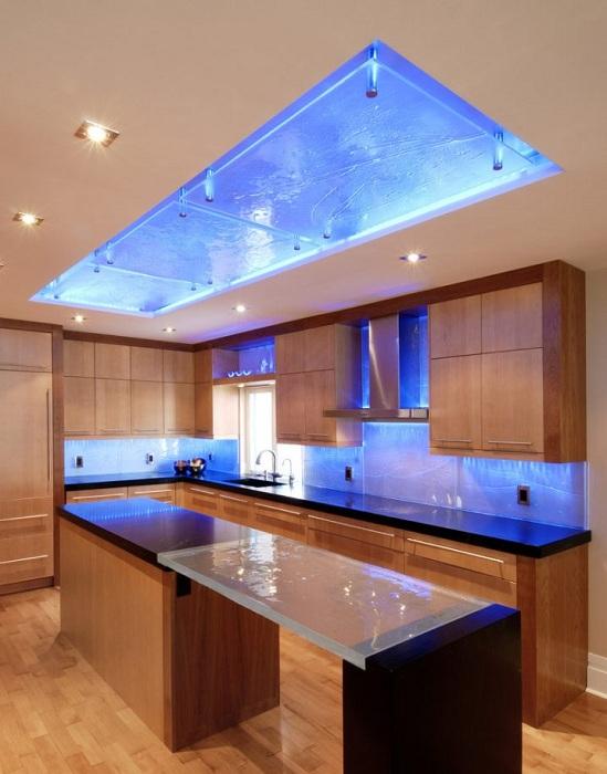 Оригинальный современный интерьер кухни преображен с помощью подсветки.