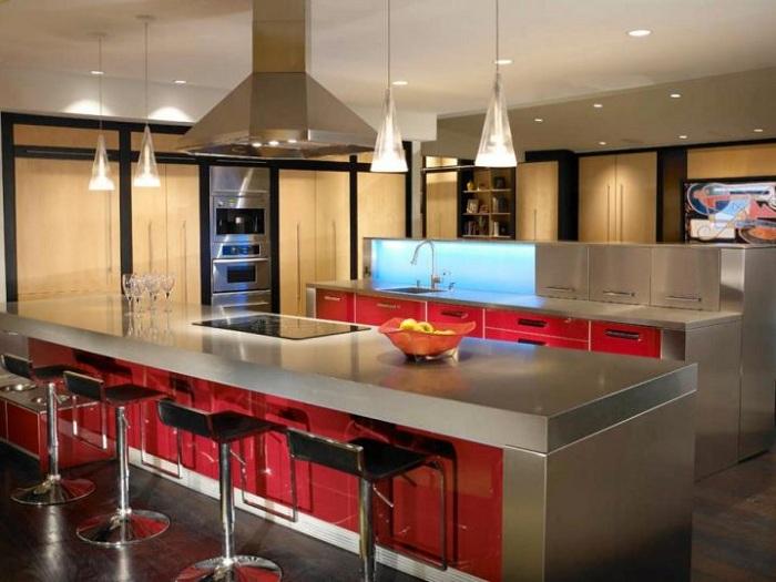Отличное решение декорировать интерьер кухни в красно-сером цвете с крутыми люстрами.