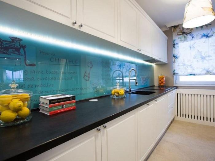 Оригинальная подсветка рабочей стенки на кухне преобразит по-максимуму интерьер.