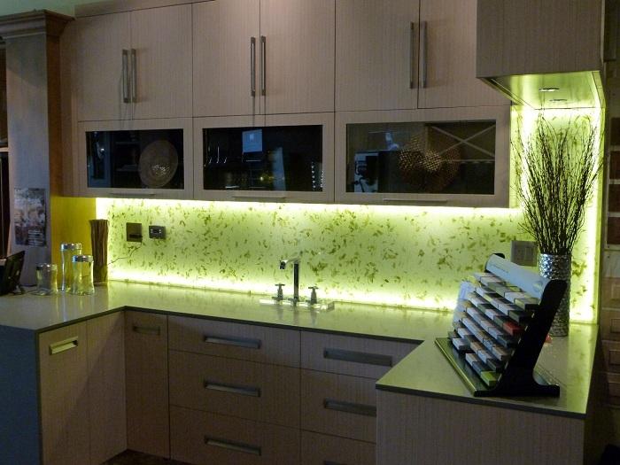 Отличный интерьер кухни с ярко-салатовой подсветкой.