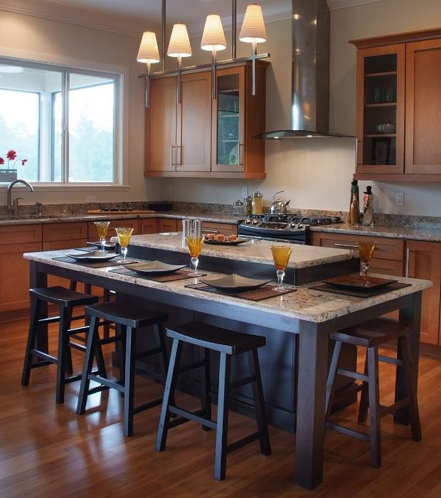 Отличное решение украсить кухню с помощью оригинальных люстр.