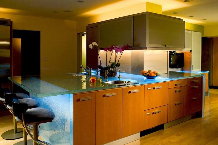 Оригинальный интерьер кухни преображен с помощью освещения.