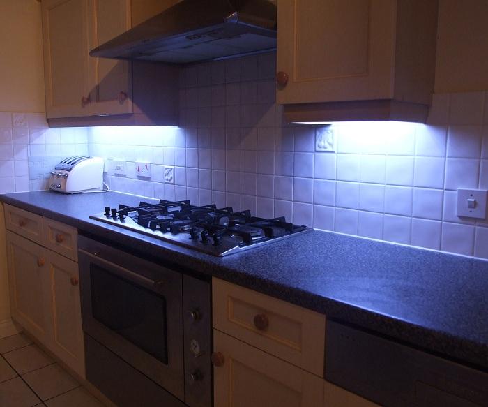 Оформление кухни с красивой подсветкой рабочей стенки.