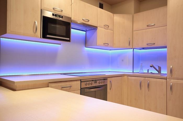 Кухня преображена благодаря интересной голубой подсветке.