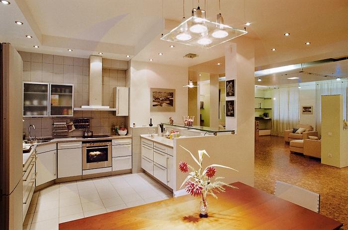 Светлый интерьер кухни стал таким из-за светлых текстур в мебели.