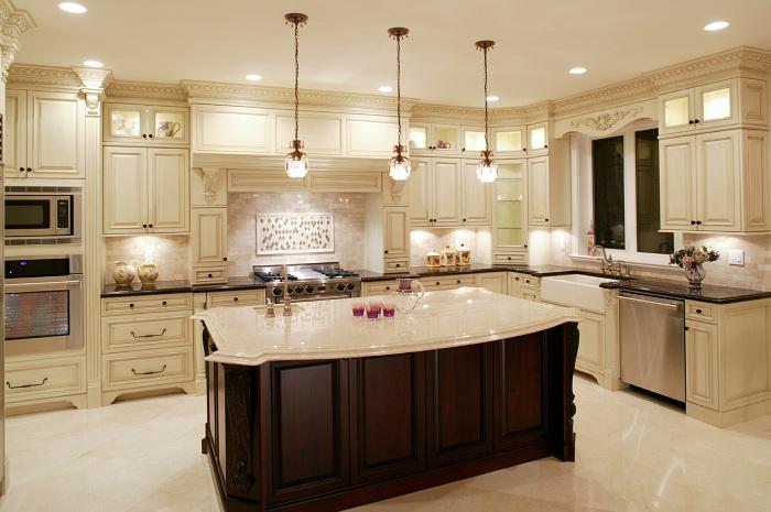 Шикарное решение облагородить кухню в белом цвете.