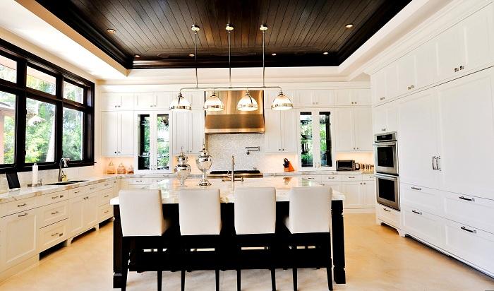 Современный интерьер кухни в белом цвете с крутой подсветкой.