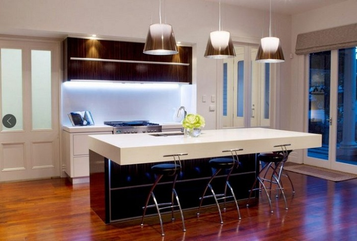 Оригинальные люстры в интерьере кухни сделают свое дело и создадут необыкновенную атмосферу.
