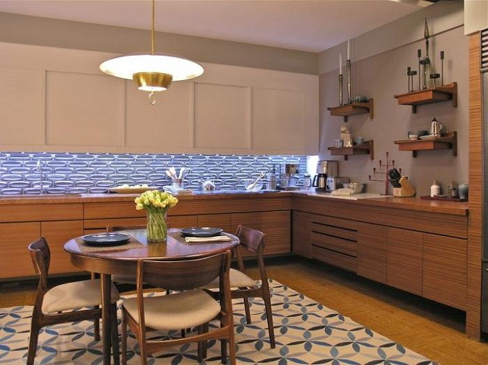 Оригинальный интерьер кухни создан с помощью деревянных текстур и необычной люстры.