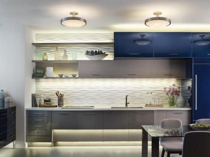 Интересное сочетание темных и светлых цветов с оригинальным освещением на кухне.