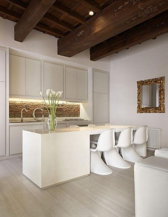 Крутое дизайнерское решение украсить интерьер кухни благодаря непростому оформлению рабочей стенки.