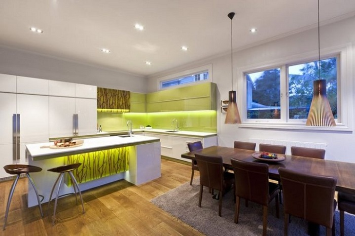 Необыкновенное решение декора кухни с интересным освещением и яркими акцентами.