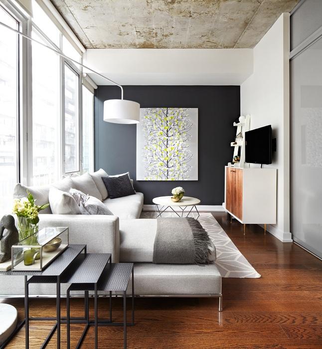Оригинальный интерьер гостиной создан с помощью креативного оформления основной стены.