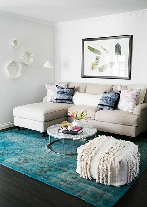 Симпатичный вариант обустроить гостиную с помощью умелого подбора цветовой палитры.