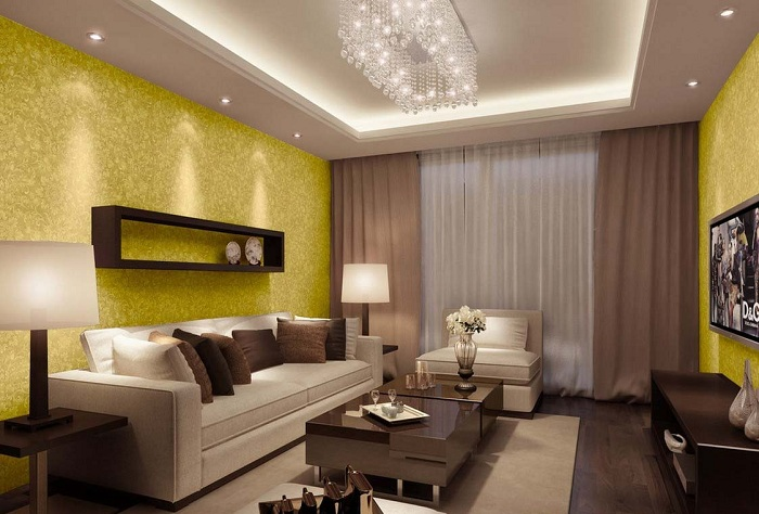 Необыкновенный интерьер гостиной создан с помощью оформления стен в золотых оттенках, а шторы в шоколадных.