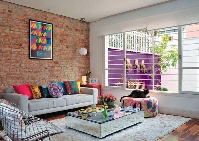 Отменное решение обустроить гостиную со стеной облагороженной кирпичной кладкой.