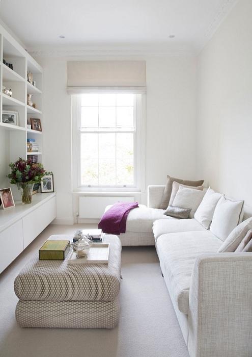 Відмінне дизайнерське рішення облаштувати інтер'єр невеликої вітальні в білосніжних тонах.