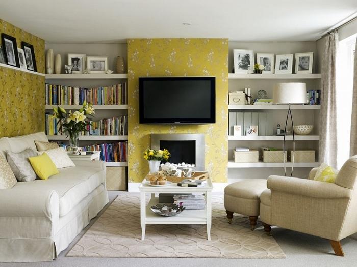 Симпатичний інтер'єр крихітній вітальні перетворений за рахунок використання жовтої колірної гами.
