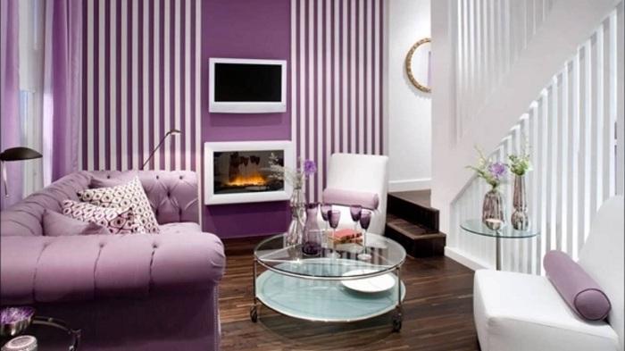 Гостиная с маленькой площадью оформлена в фиолетовых оттенках, что добавляет еще большей утонченности и нежности.