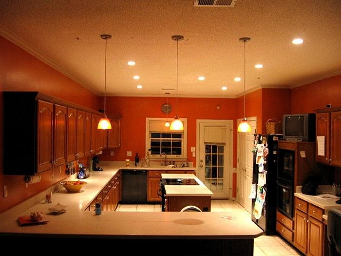 Светильники, расположенные на разном уровне, делают интерьер стильным, а свет - эффективным.