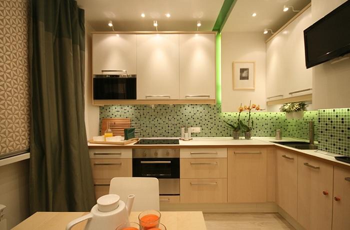 Глянцевая поверхность потолка удваивает мощность светильников.
