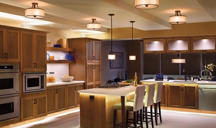 Эклектика стилей на большой кухне.