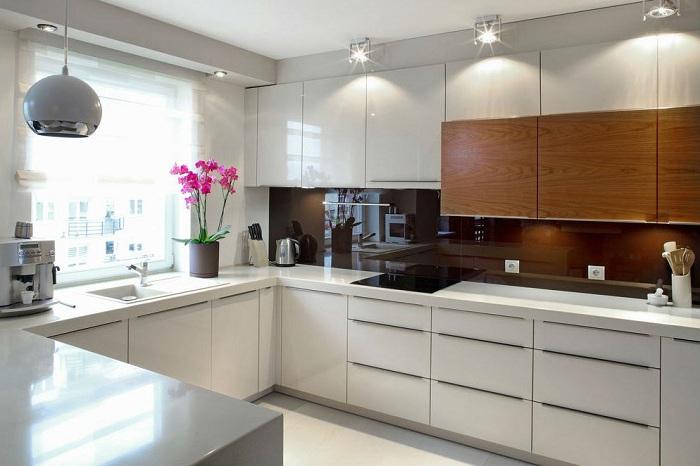На одной кухне могут идеально сочетаться разные модели светильников.