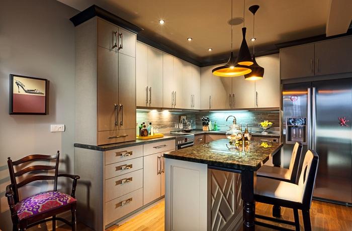 Разноуровневое освещение позволяет создать в комнате атмосферу уюта и интима.