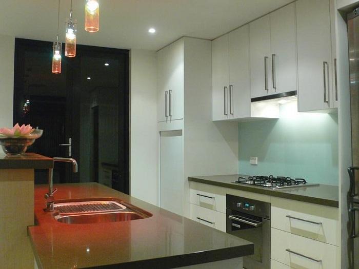 Плафоны-колбы над рабочей поверхностью кухни.