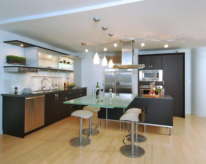 Классические светильники на кухне в современном стиле.