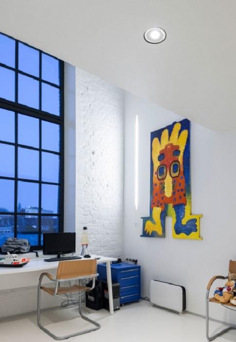 Симпатичный домашний офис с креативной картиной в ярких оттенках, что украшает и сразу же преображает рабочее пространство.