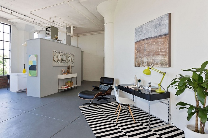 Интересное оформление домашней рабочей зоны с яркими цветовыми акцентами, которые характерны для промышленного стиля.