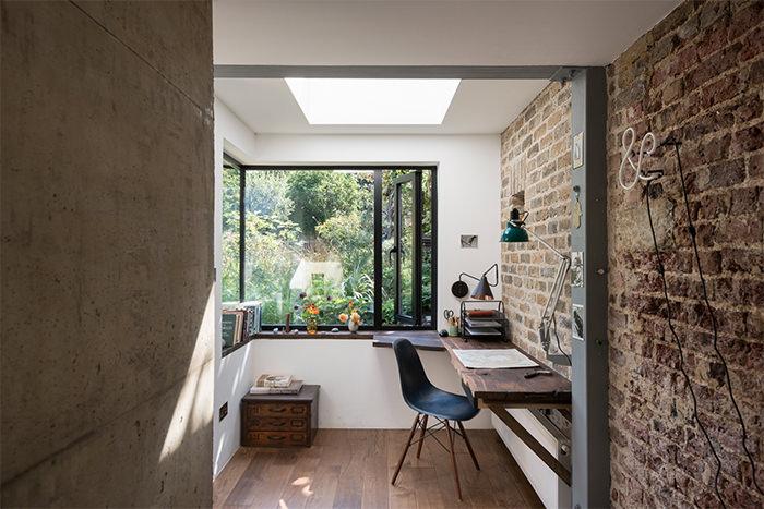 Крутое и креативное решение декорирования стен под старину в оформлении домашнего офиса.