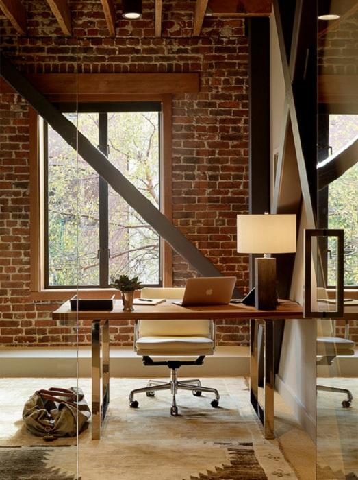 Теплые тона и светлая обстановка в оформлении домашнего офиса, то что нужно для повышения продуктивности работы.