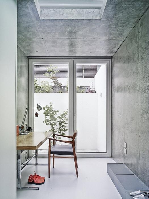 Интересное оформление интерьера домашнего офиса в светло-серых тонах.