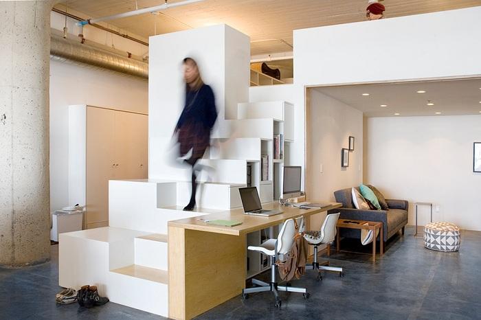 Интересное оформление офиса дома при помощи индустриального стиля с множеством прямых линий.